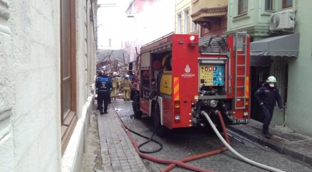 Fatih'te 4 katlı ahşap bina yangında yıkıldı