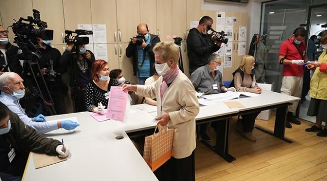 Sırbistan'da halk oy kullanmak için sandık başında