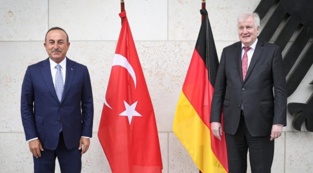 Bakan Çavuşoğlu, Seehofer ile bir araya geldi