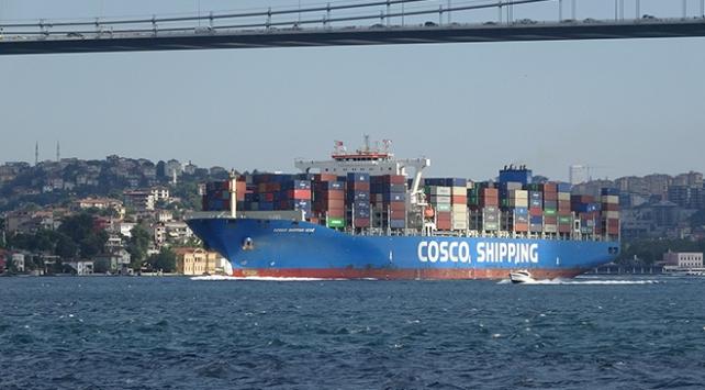 Dev konteyner gemisi İstanbul Boğazı'ndan geçti