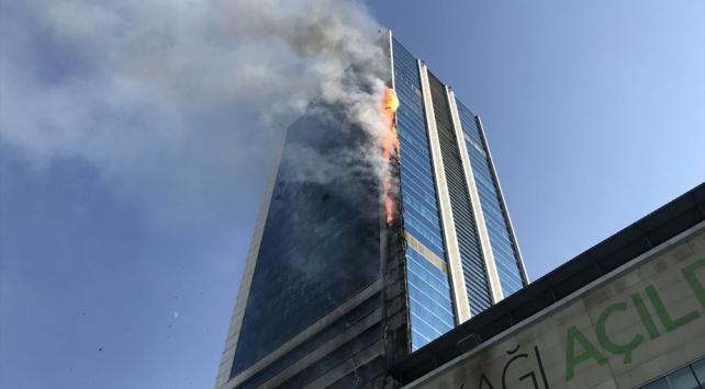 Ankara'nın Söğütözü semtinde bulunan bir iş merkezinde yangın çıktı.