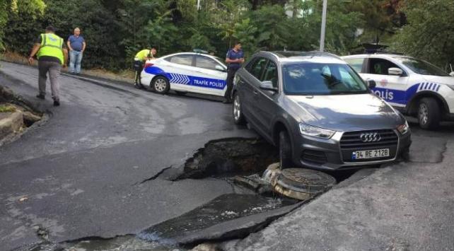 Beşiktaş'ta yol çöktü, otomobil çukura düştü