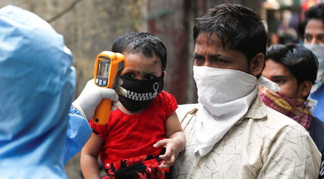 Hindistan'da 1 günde 90 binden fazla koronavirüs vakası görüldü
