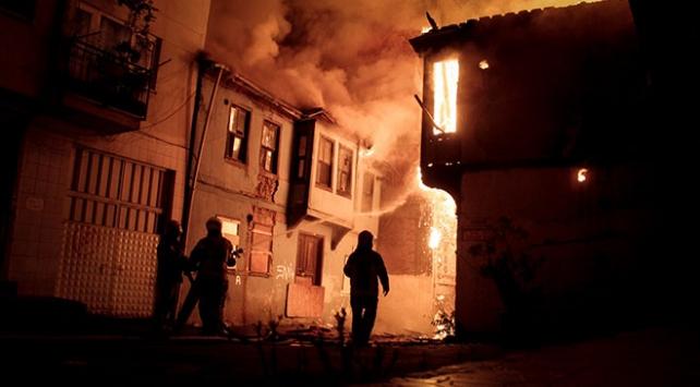 Bursa'da 2 metruk bina tamamen yandı