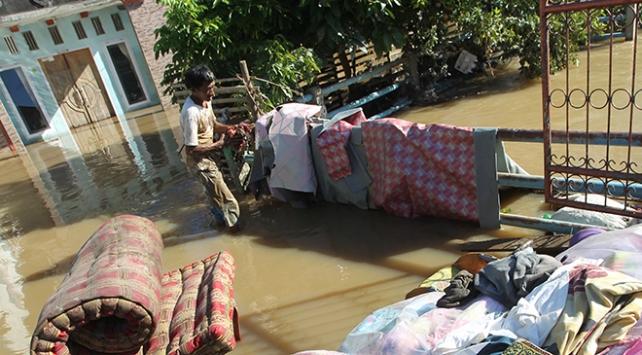 Endonezya'da sel felaketi: 350 ev sular altında