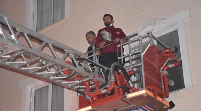 Yangın çıkan binada mahsur kalan 15 kişi kurtarıldı
