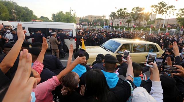 Tayland'da polis, hükümet binası dışında toplanan göstericileri dağıttı