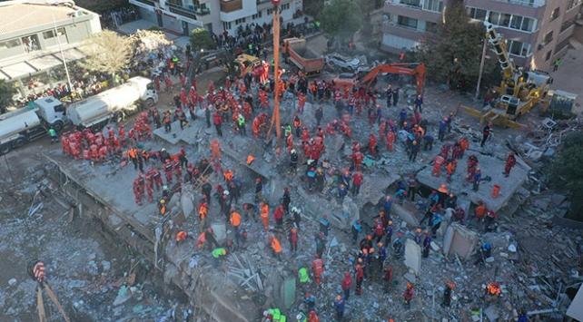 Depremden son anda kurtuldu, 5-6 adım sonra binanın çöktüğünü gördüm