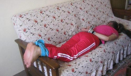 Evine çağırdığı kadınların ellerini ve ayaklarını bağlayıp falakaya yatırmış